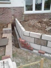Lay blockwork and bricks